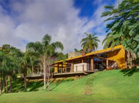 Exotic Tropical Island Home – Paradise Beneath the Palm Trees